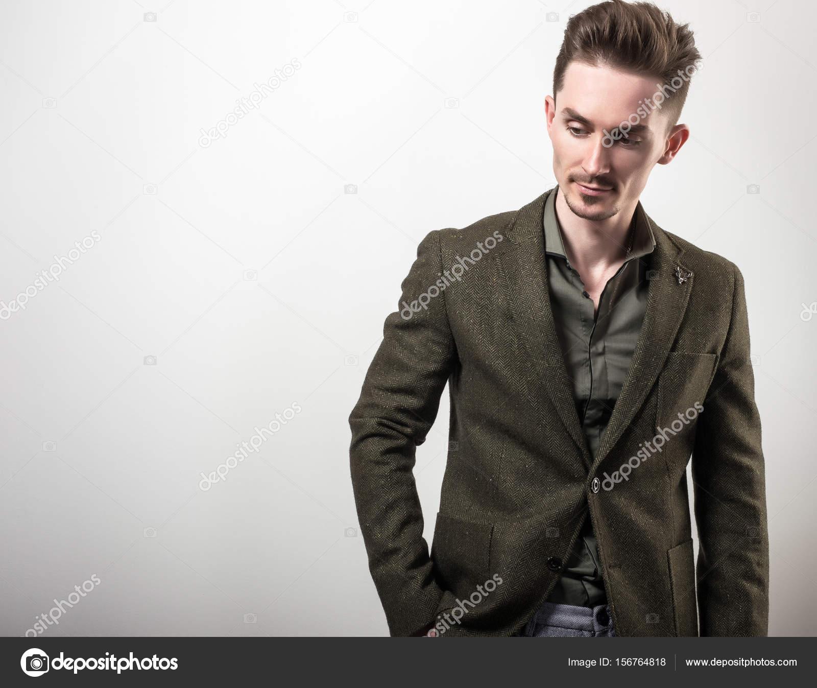 giovane giacca bello grigio posa in su sfondo verde Elegante scuro SdPqpqO