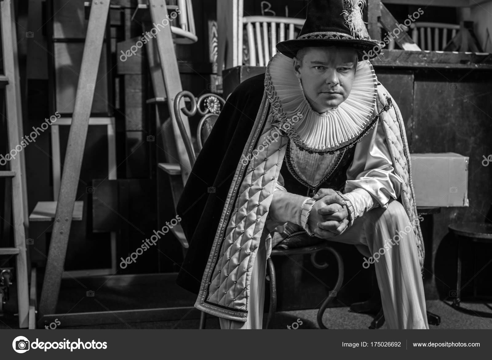 6c0ec504e5d7 Herec oblékl historický kostým v interiéru starého divadla. Černobílý  portrét– stock obrázky