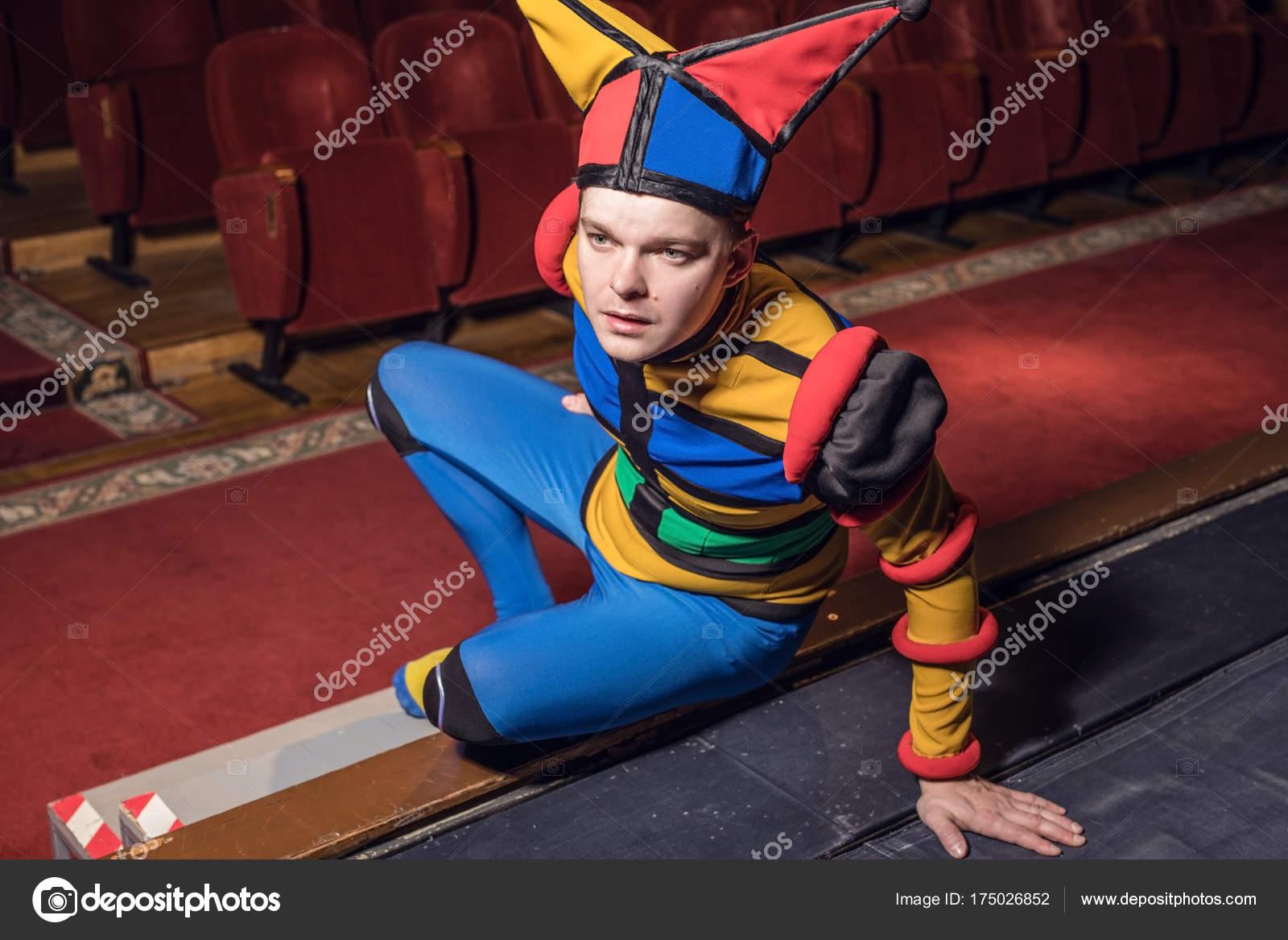 318b55d1db9 Acteur gekleed de nar kostuum in interieur van oude theater ...