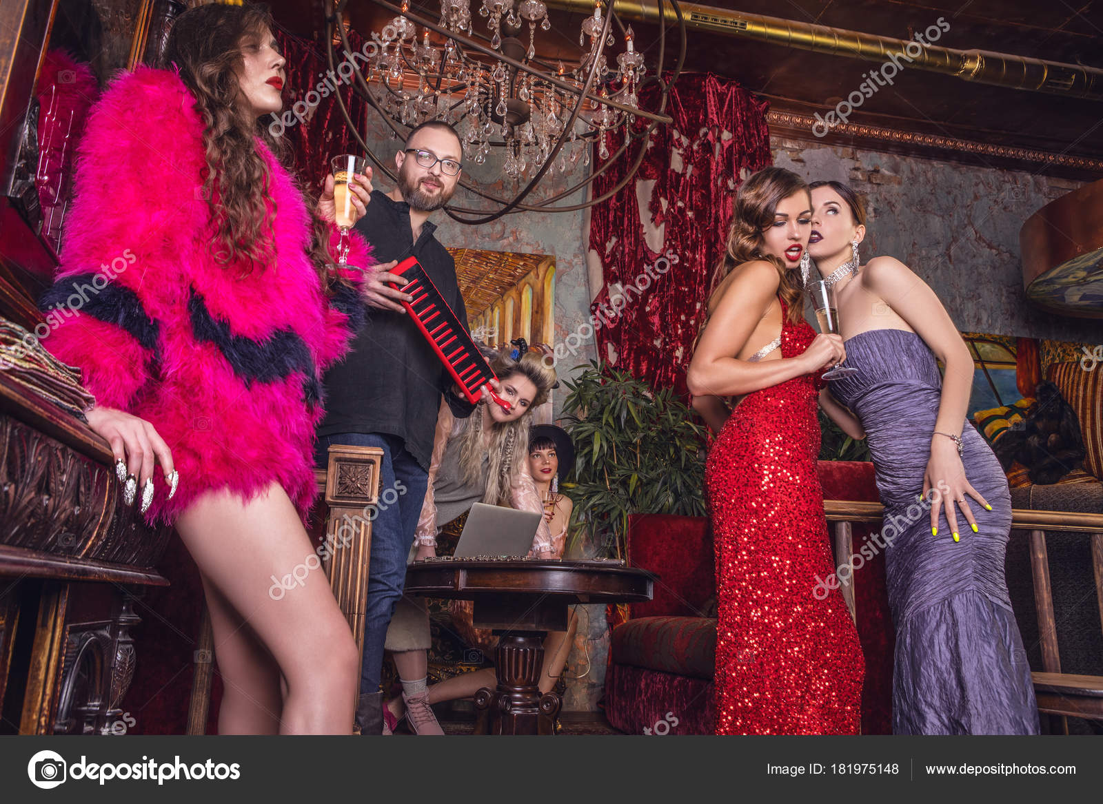 0e9072b763d Grupo de jovens elegantes vestidos estilo clássico no interior do clube de  luxo — Fotografia de