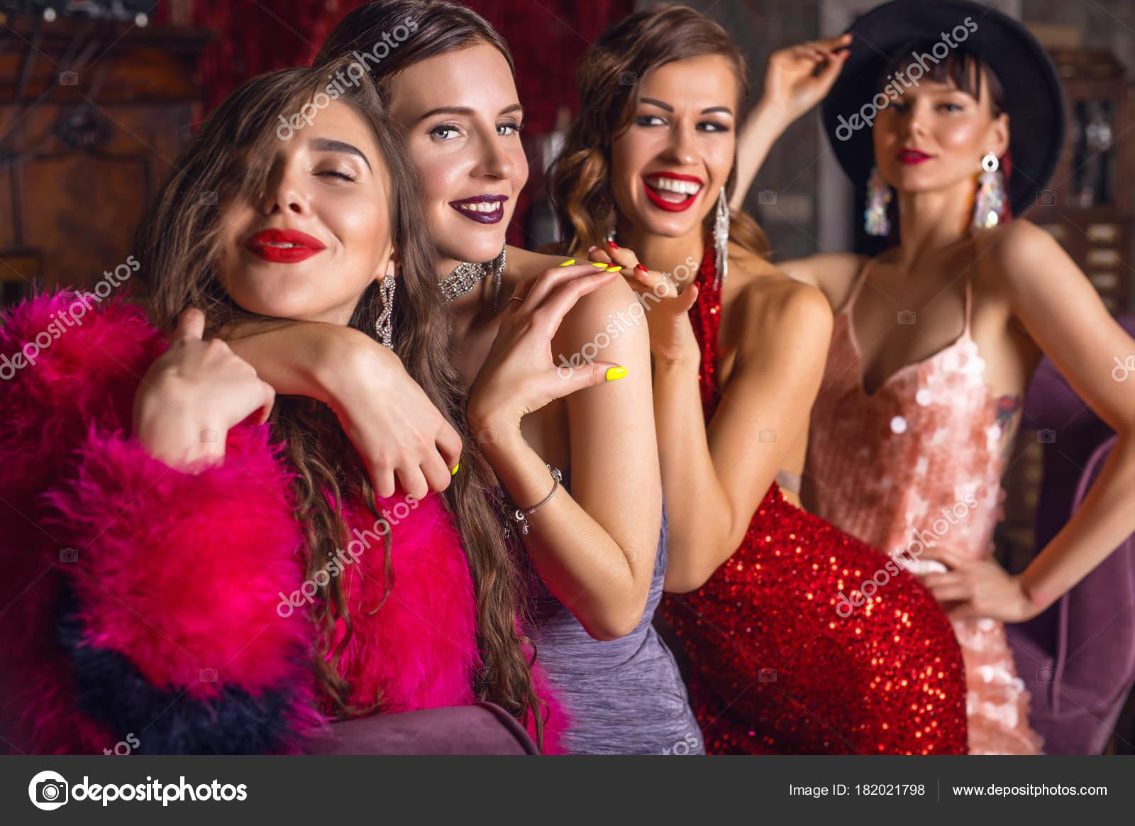 6aecec7eef6 Grupo de jovens rindo meninas elegantes vestidos estilo clássico no  interior do clube de luxo —