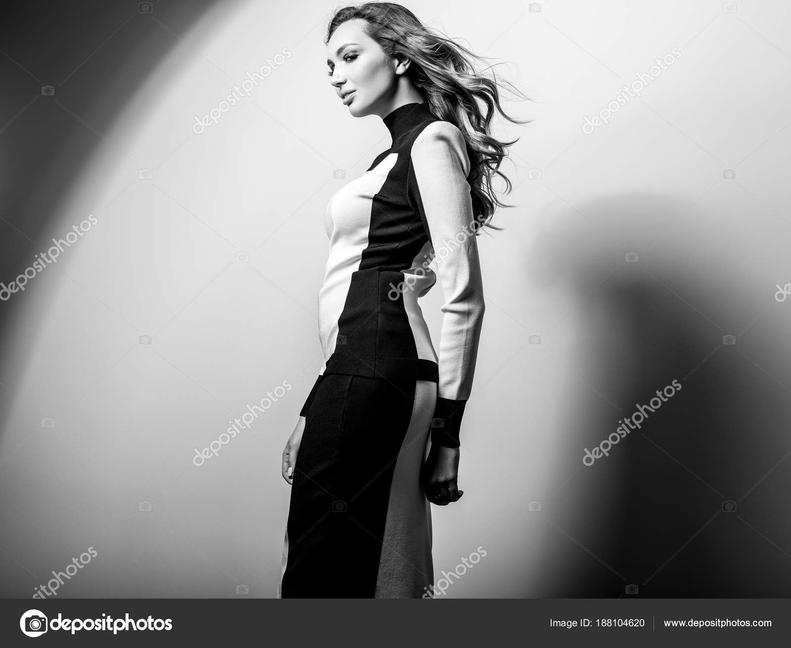 reputable site c34e9 9b302 Modello sensuale giovane donna in vestito elegante nero ...