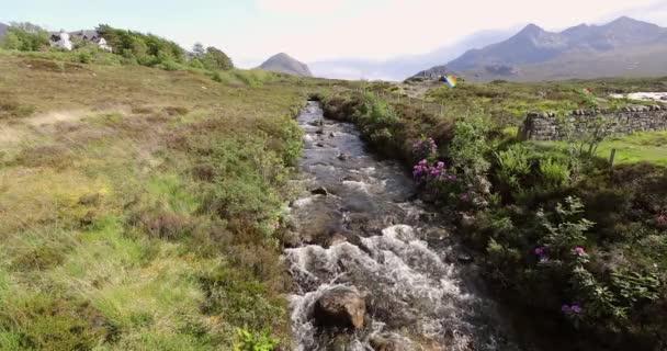 Malebná krajina horské řeky s tradiční povahou Skotska. Záběry 4k.