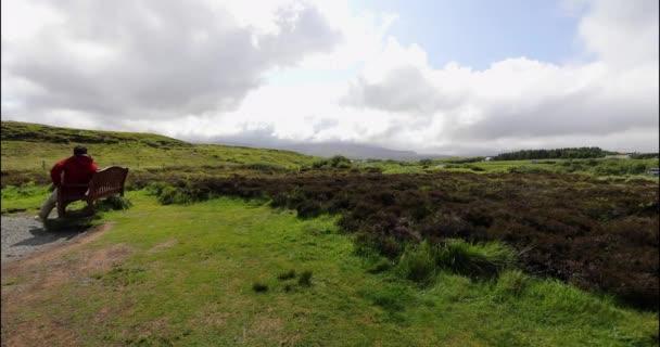 Cestovatel kráčí proti krásné skotské přírodě. Záběry 4k.