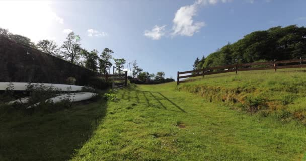 Krásná malebná krajina skotské přírody. Záběry 4k.