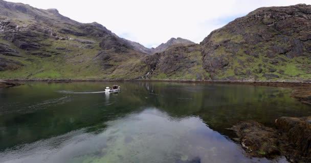 Krásná malebná krajina úžasné Skotsko příroda s rybářskou lodí.