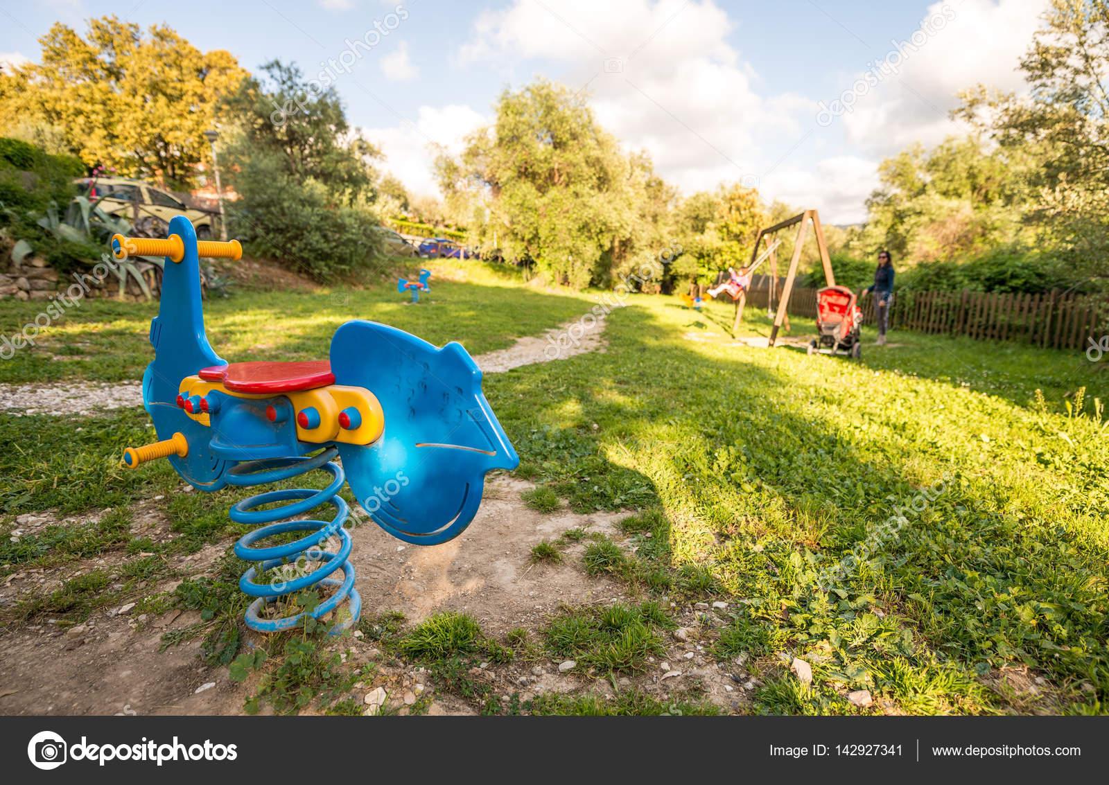 parque juegos para nios patio jardn u foto de stock