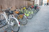 Photo Row of colourful bikes in Tuscany