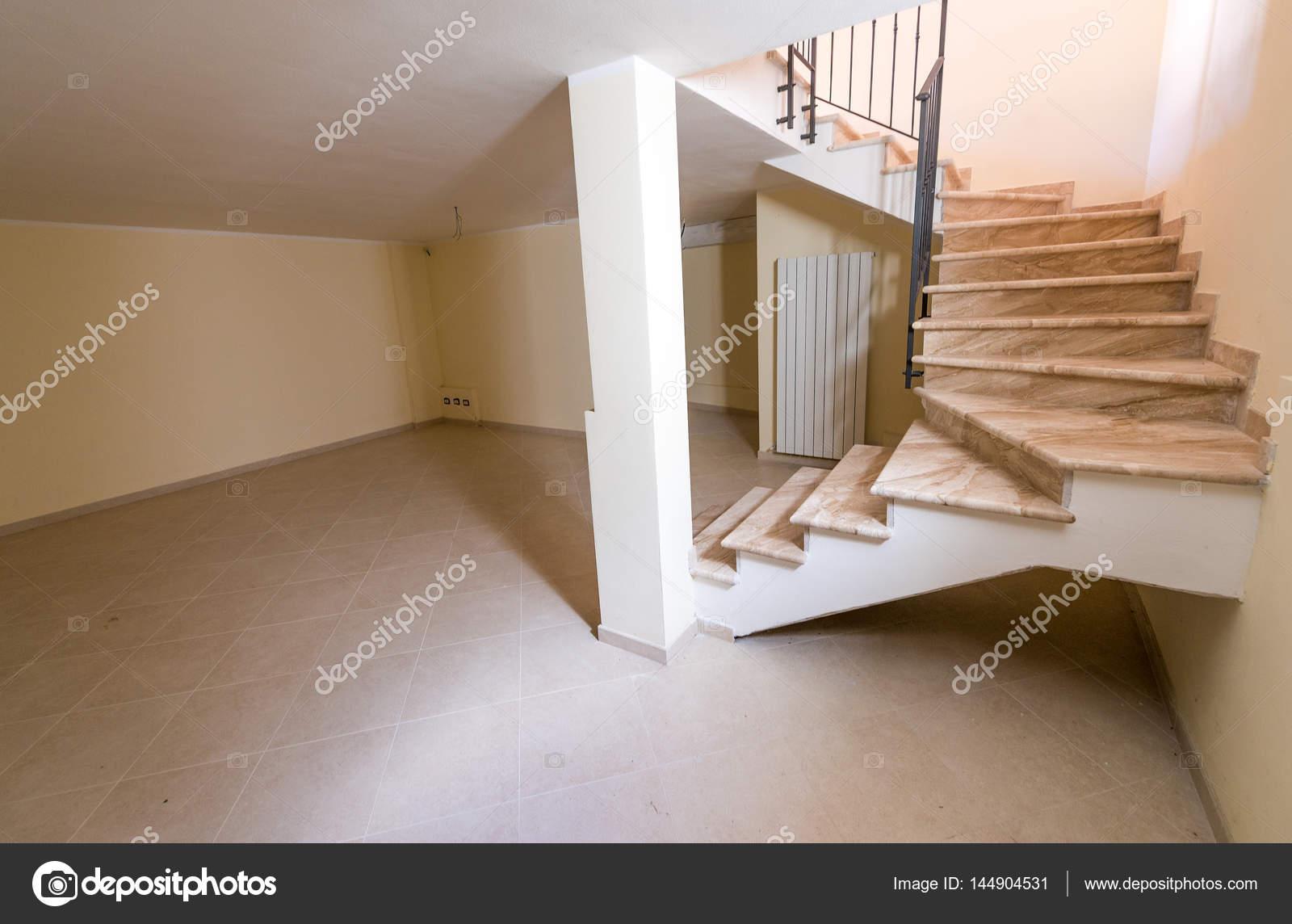 escalier menant au sous sol photographie jovannig 144904531. Black Bedroom Furniture Sets. Home Design Ideas
