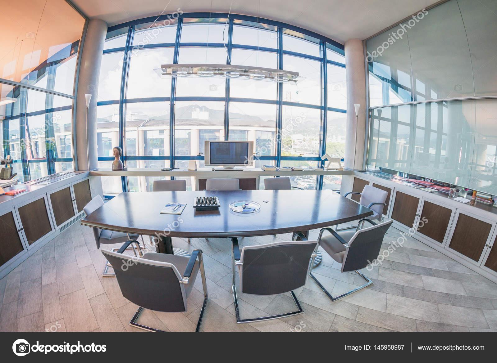 Intérieur de beau bureau moderne utile pour les brochures de l