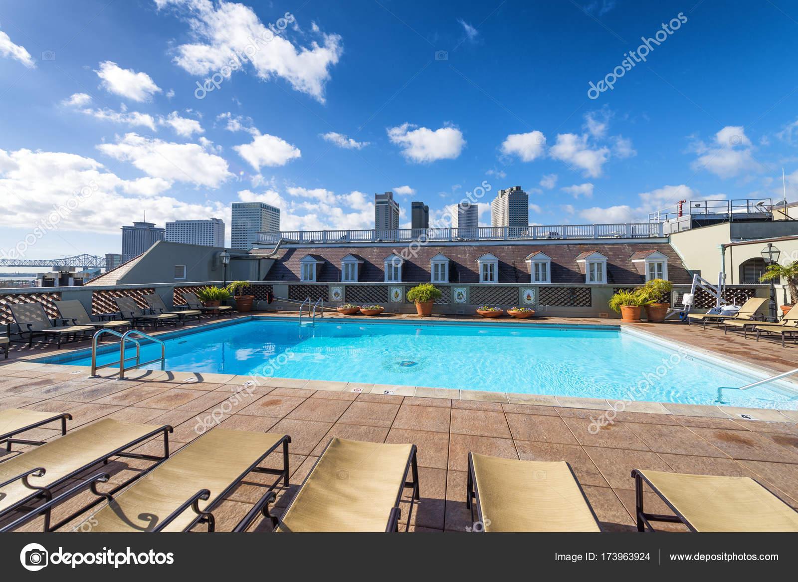 Zwembad Op Dakterras : De skyline van new orleans van een mooi dakterras met zwembad