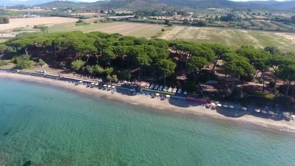 Režie panoramatický výhled na pobřeží Středozemního moře a borového dřeva