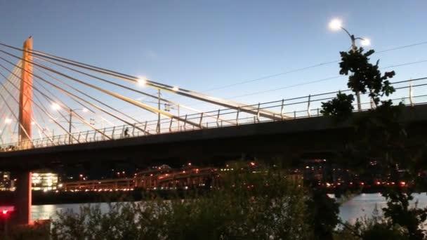 Večerní pohled z Tilikum přejezd mostu, Portland, Oregon, Usa
