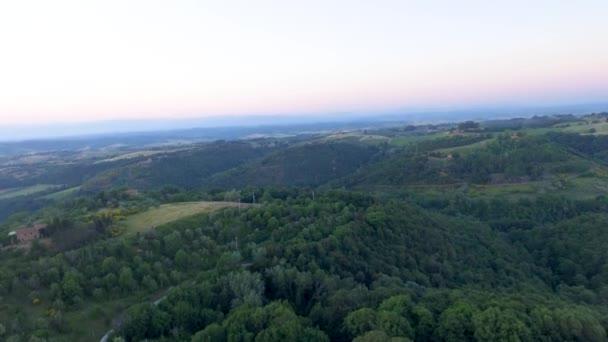 A légi felvétel a gyönyörű Toszkána vidéken, alkonyat, Olaszország, videó