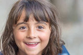 Egy fiatal lány boldog arc kifejezése.