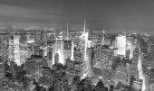 New York City - 9. června 2013: Úžasné noční siluetu Manhattanu. New York láká 50 milionů lidí každý rok