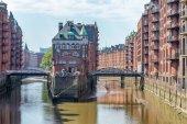 hamburg, deutschland - 20. juli 2016: berühmte wasserburg in der speicherstadt. Hamburg zieht jährlich 10 Millionen Menschen an.