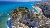 Fotografia Vista panoramica aerea di Tropea costa e spiagge in estate, Calabria - Italia