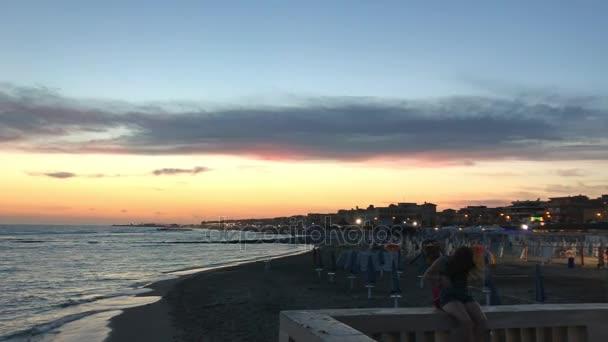 Západ slunce na krásné pláže v Lido di Ostia, Řím, Itálie