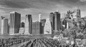 New York City - 25. října 2015: Do centra Manhattanu od Brooklyn Bridge Park. Město přitahuje 50 milionů lidí každý rok