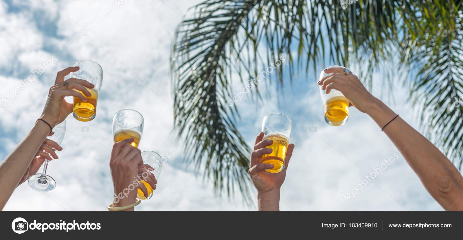 Getränk Und Glück Konzept Gläser Klirren Bis Den Himmel — Stockfoto ...