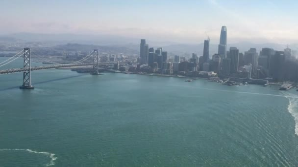 San Francisco Oakland Bay Bridge (známé jako Bay Bridge), komplex mosty přes San Francisco Bay v Kalifornii