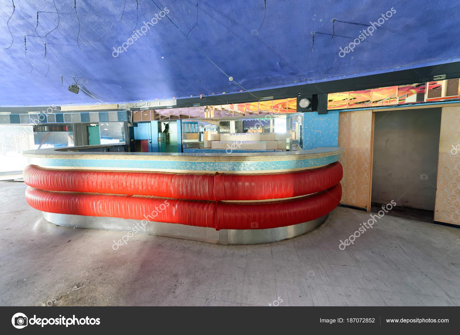 Verlaten Discotheek Met Houten Kleurrijke Interieur — Stockfoto ...