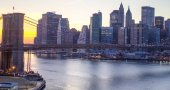 Fotografia New york city brooklyn bridge e manhattan skyline notturna sul fiume hudson