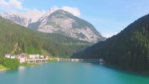 Auronzo-tó (Lake Santa Caterina), mesterséges tó található közelében város a Auronzo di Cadore a Dolomitok, a megyében, Belluno, Olaszország