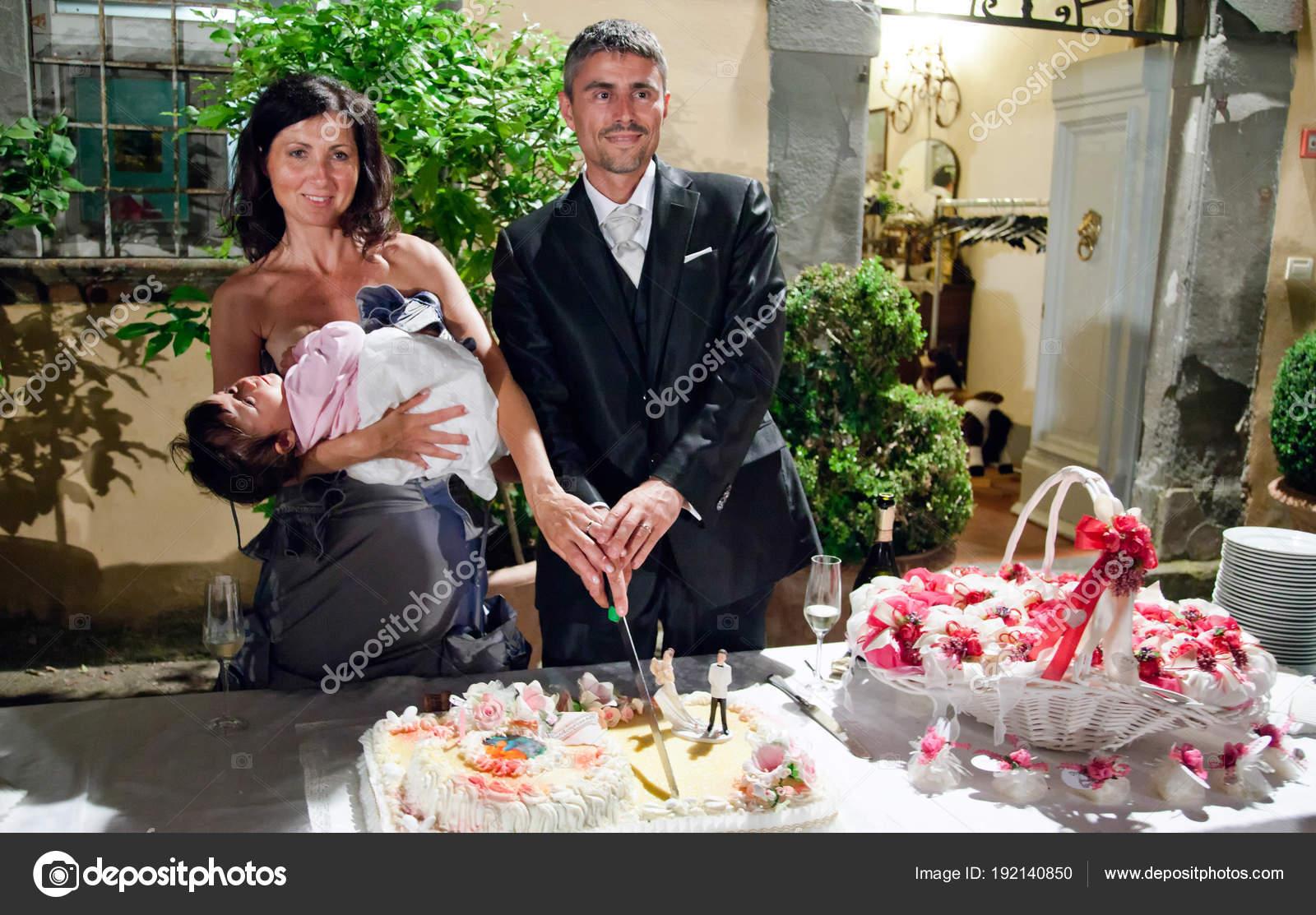 Jungvermahlten Schneiden Die Hochzeitstorte Italien Stockfoto
