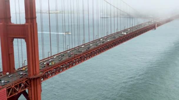 Krásný letecký pohled na most Golden Gate v San Franciscu a město pobřeží. Video