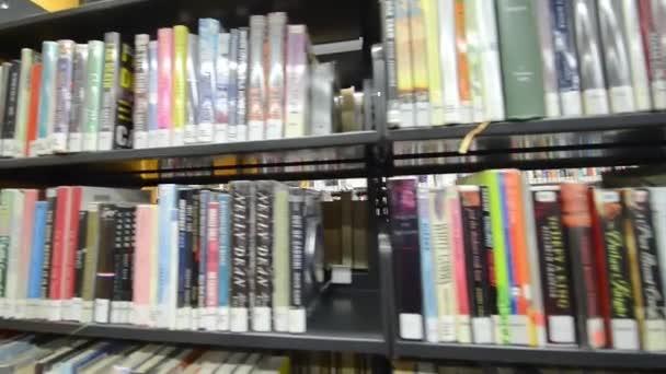 San Francisco - srpen 2017: Knihy v knihovne. Hlavní knihovna se nachází na Civic Center.