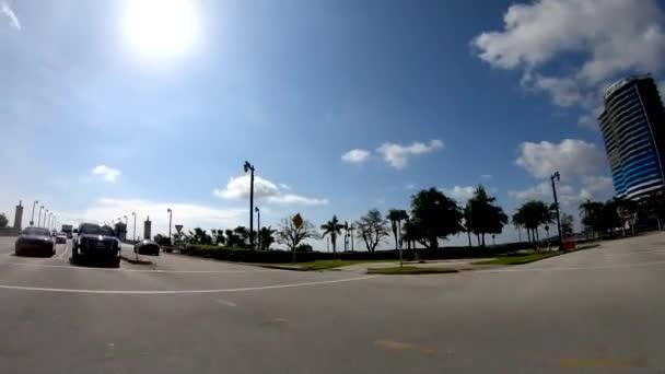 Panoramatický slunce letecký pohled na West Palm Beach street, Florida, Usa, pohled z vozem, časová prodleva