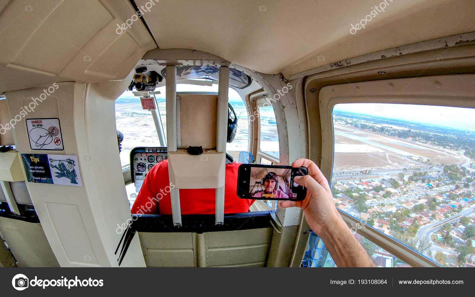 Elicottero Interno : Fare selfie all interno di un elicottero u foto stock jovannig