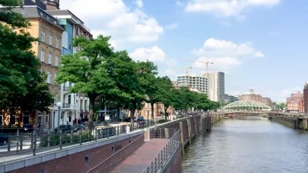 Gebäude der Stadt Hamburg in Richtung Hafen, Deutschland.