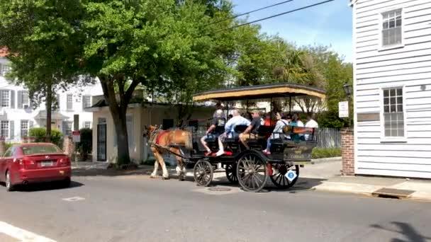 Charleston, Sc, Usa - 5. April 2018: Menschen, die Fahrt in der Pferdekutsche