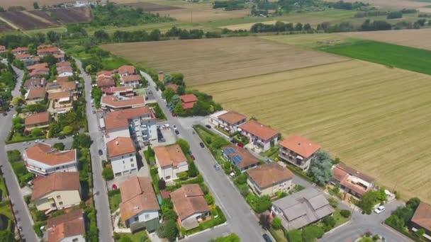 légi felvétel kis vidéki házakról, Toszkána