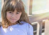 Boldog fiatal lány mosolyog szabadtéri látogató város. Üdülési koncepció