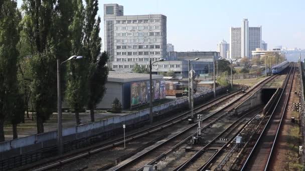 Automobily měnící pruhy Time-lapse, rušné město silnice. Tilt Shift Timelapse. město Kyjev Ukrajina, městský a obchodní budovy. Časosběr