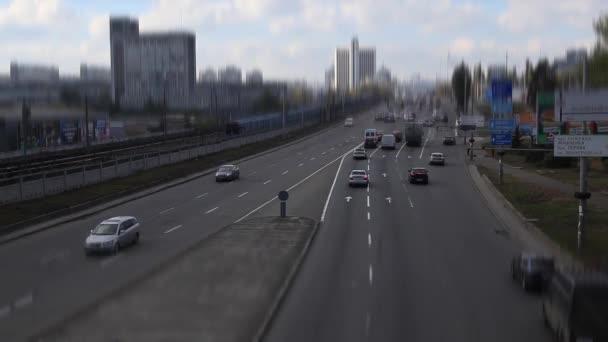 idő telik el városi forgalom, autók változó sávok gyorsított, elfoglalt City Road. TimeLapse. város: Kijev-Ukrajna. City Road, és üzleti célú épületek Timelapse