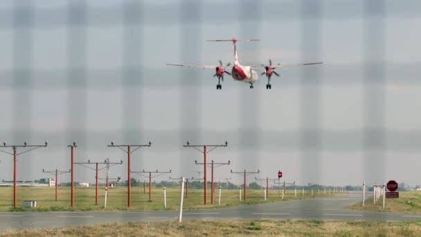 Letadlo přistává na letišti, komerční dopravní letadlo přistání, letadlo přiletělo na letišti, komerční Airbus přijde přistát na letišti Warsaw Chopin Airport