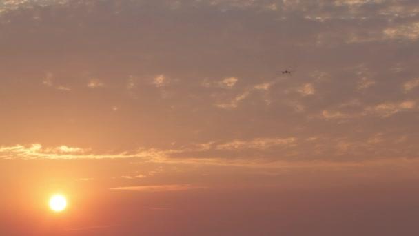 Flugzeug hebt bei Sonnenuntergang ab, Passagierflugzeug fliegt bei Sonnenuntergang über Startbahn vom Flughafen auf, das Flugzeug hebt bei Sonnenuntergang ab