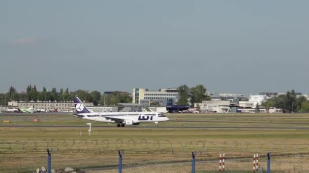 Verkehrsflugzeuge starten auf dem Warschauer Flughafen. Ein Passagierflugzeug hebt vom Flughafen ab und fliegt Düsenflugzeuge verlassen die Landebahn. Flugzeug beim Verlassen der Landebahn