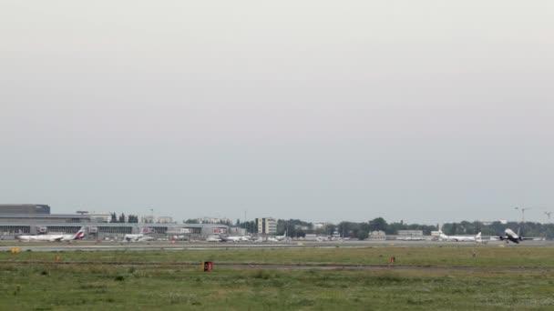 Komerční letadlo na letišti Varšava. Osobní letadlo vzlétne na letišti, létající tryskové letadlo opustit letiště. Pilotujte letadlo opouštět přistávací dráhu