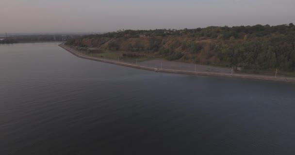 letecký průzkum. Kyjev moře z výšky ptačí letu. krásné nábřeží na Dněpr v městě Vyšhorod. Sunrise, letní slunečný den. vodní elektrárna z výšky při východu slunce