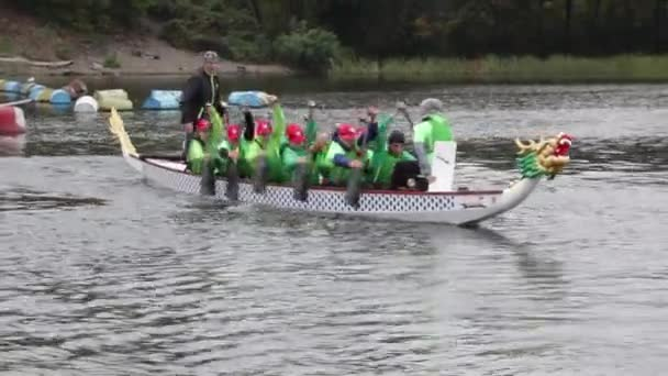 Kanu-Wettbewerbe in Kiew am 30. September 2017. das Schwimmerrennen ist 5 km bis zum Fluss Dnipro. Kanu 10 Sitz im Bug des Bootskopfes des Drachen.
