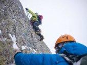 Fotografia Alpinisti su una salita invernale estremo