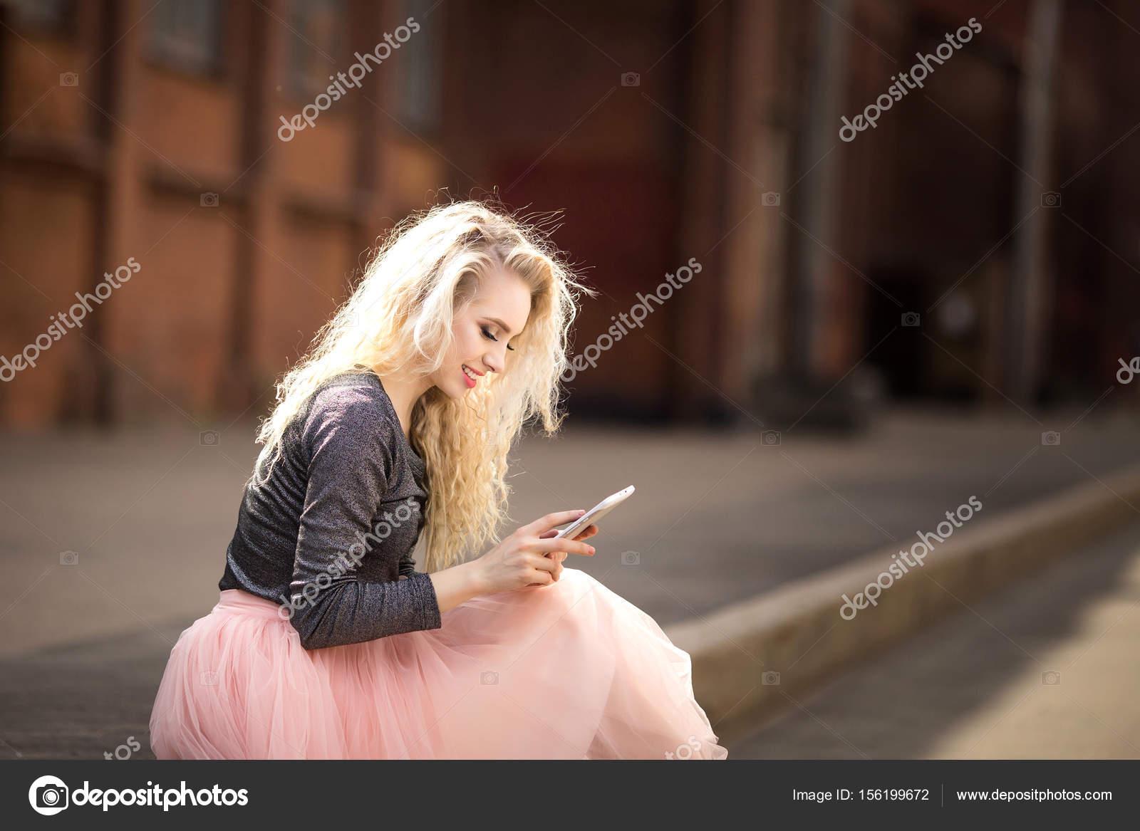 Suche Schöne Bilder schöne mädchen auf der suche in das telefon stockfoto anasteisha