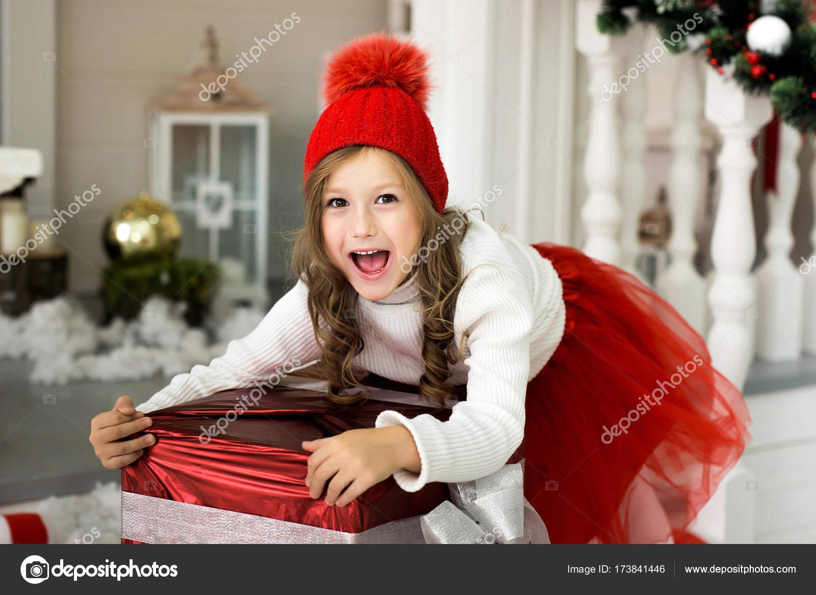 Glückliches Mädchen hält eine große Kiste mit einem Geschenk ...