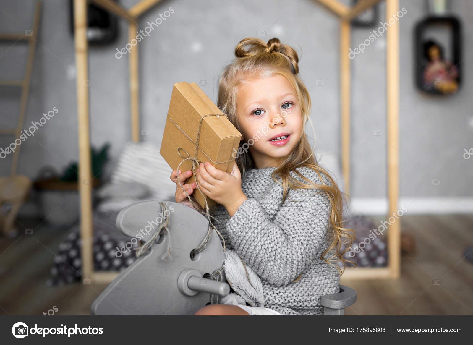 Frohe Weihnachten und schöne Feiertage. Fröhliches niedlichen Kind ...